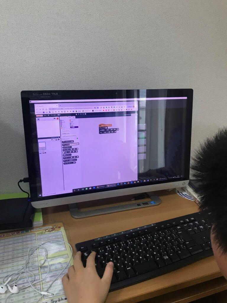 プログラミングは安定のスクラッチだからわかりやすいし子供がどんどん進められる
